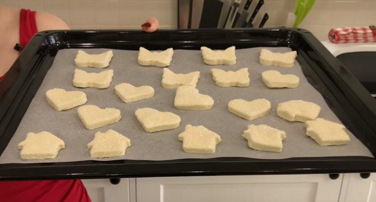 Выкладываем печенье на противень и отправляем печься.