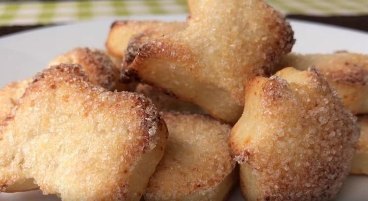 Песочное печенье с творогом получается очень нежным и ароматным.