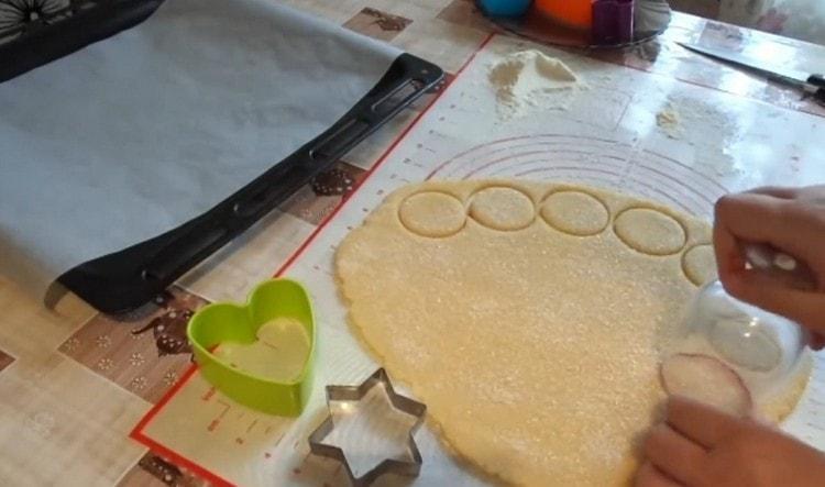 Формочками или стаканом выдавливаем печенье.
