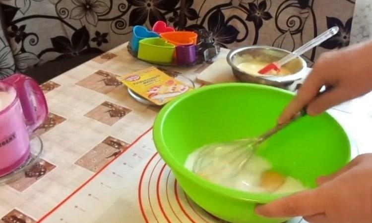 Перемешиваем венчиком яйца с сахаром.