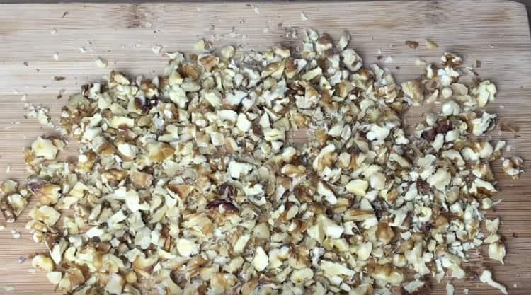 Измельчаем любым удобным способом грецкие орехи.