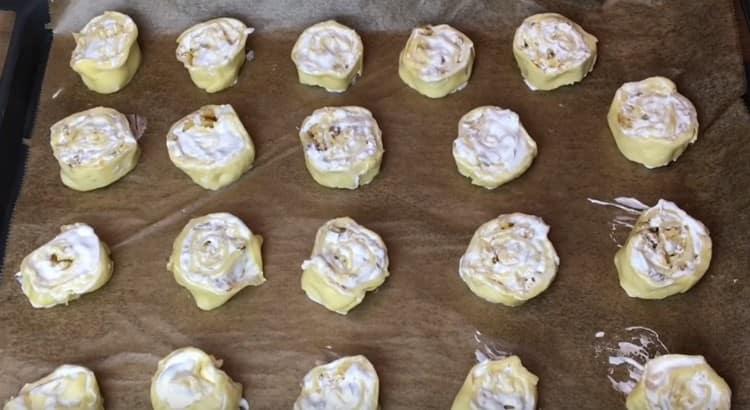 Перекладываем розочки на противень, застеленный пекарской бумагой, и отправляем в духовку.