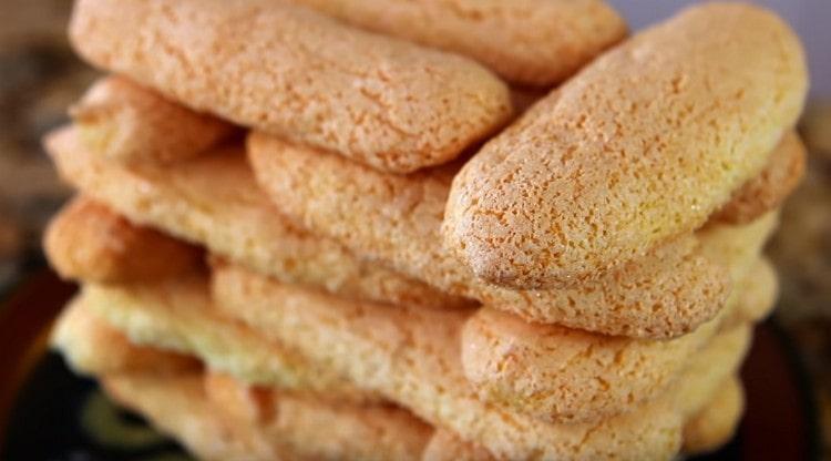 Выпекается печенье савоярди минут 10-12.