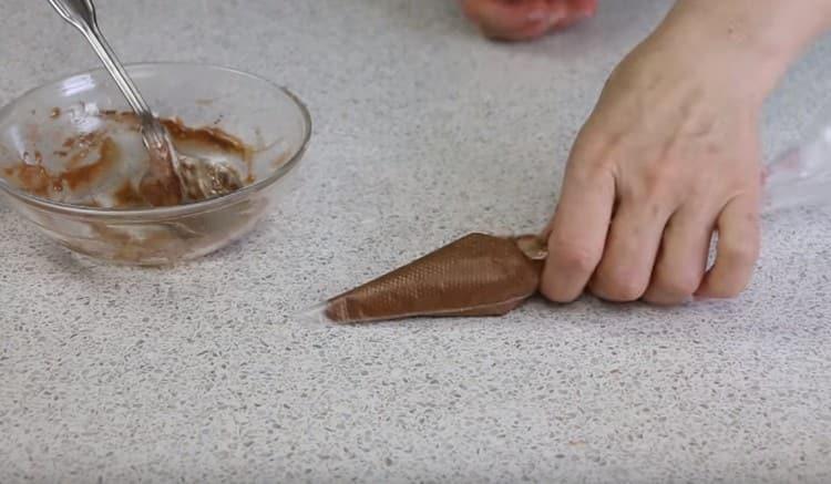 Шоколадное тест помещаем в кондитерский мешок.