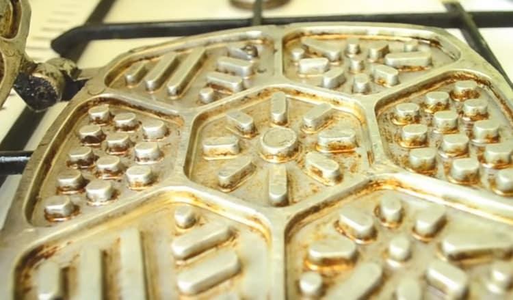 Очень важно хорошо раскалить форму и смазать ее маслом.