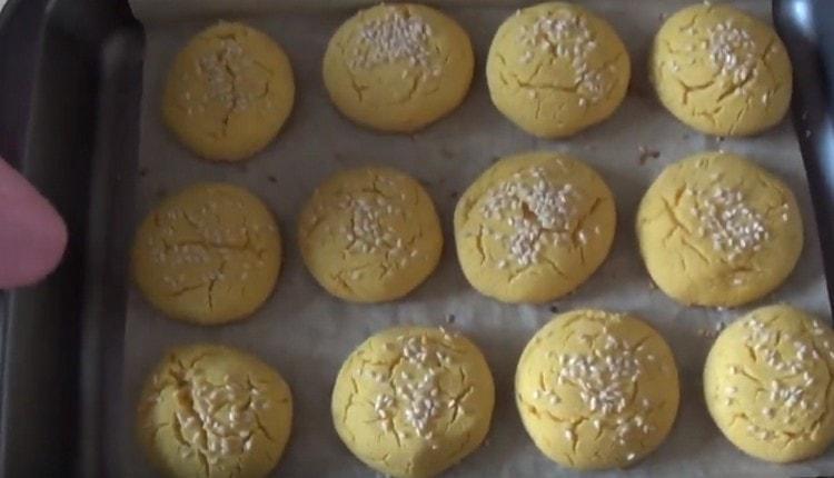 Печенье из кукурузной муки выпекается быстро.