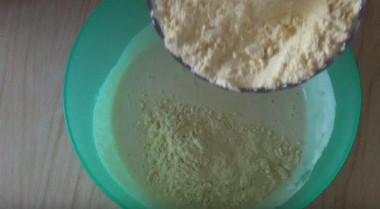 Вводим кукурузуную муку и замешиваем тесто.