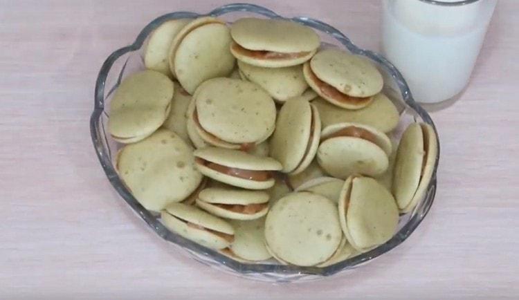 Такое печенье с вареной сгущенкой приятно разнообразит чаепитие.