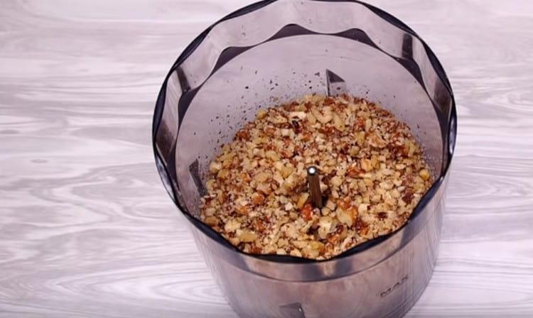 В блендере измельчаем грецкие орехи.