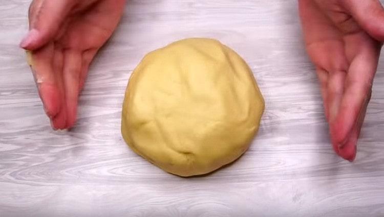 Добавляем еще муки и месим тесто.
