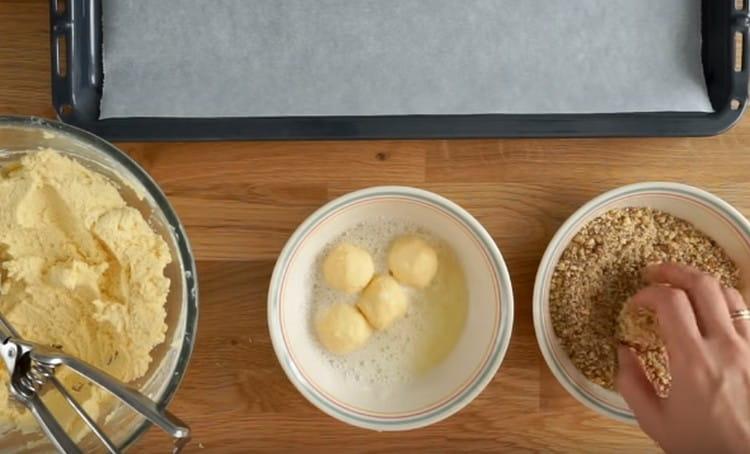 После белков переправляем заготовки в ореховую крошку и обваливаем.
