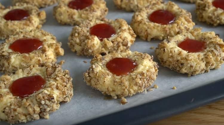 Вот такое красивое печенье с грецкими орехами можно испечь в домашних условиях.