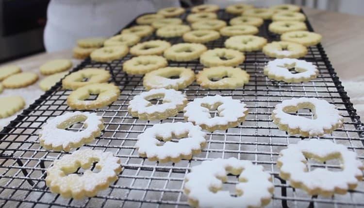 Верхушки для печенья посыпаем сахарной пудрой.