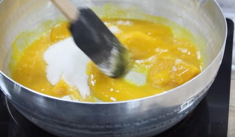 Берем любой джем для наполнения выпечки.
