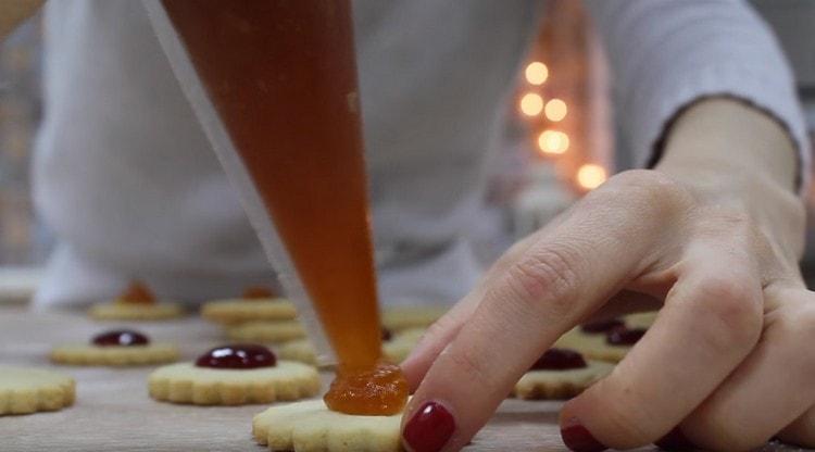 На основы для нашего десерта выдавливаем немного джема.