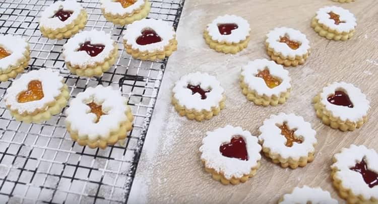 Вот такое красивое печенье с джемом можно приготовить к празднику.