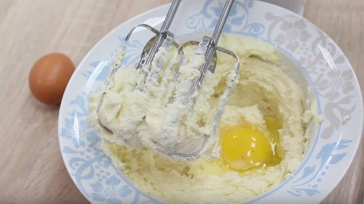 Добавляем также яйца.