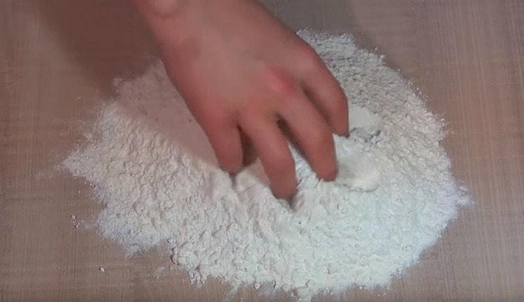 Муку смешиваем с солью и разрыхлителем.