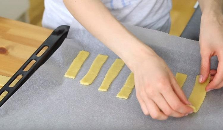 Перекладываем печенье на застеленный пергаментом противень.