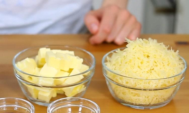 Натираем на мелкой терке сыр.