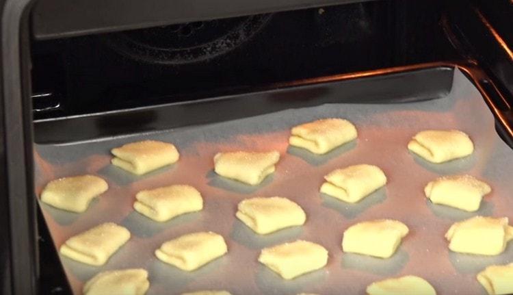 Отправляем печенье в духовку.