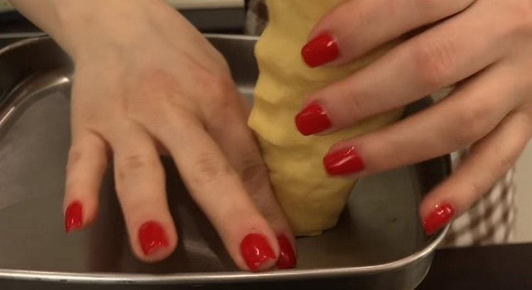 Тесто формируем в колбаски и пропускаем их через мясорубку.
