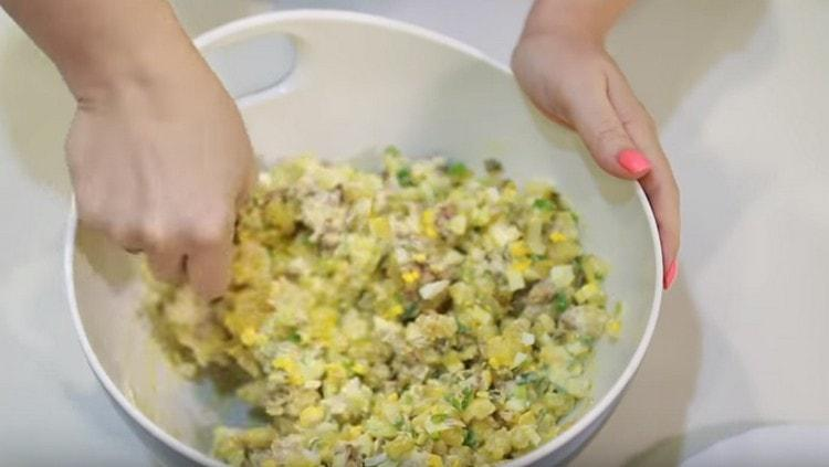 Тщательно перемешиваем салат.