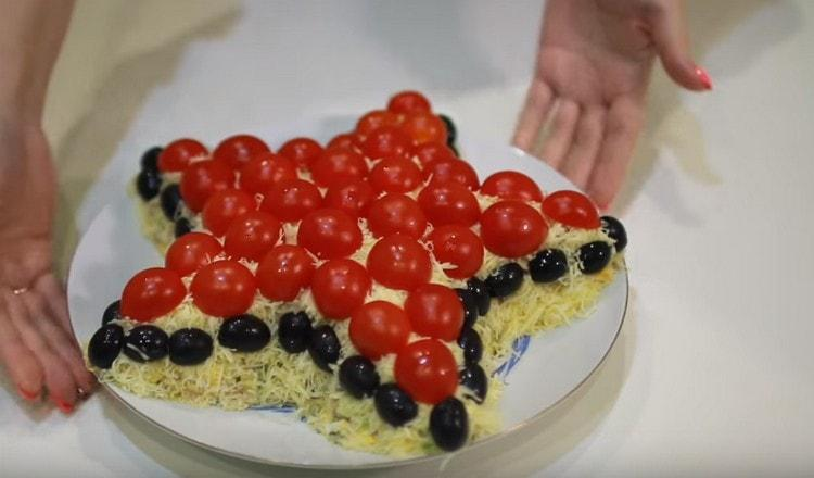 По краю украшаем блюдо половинками маслин.