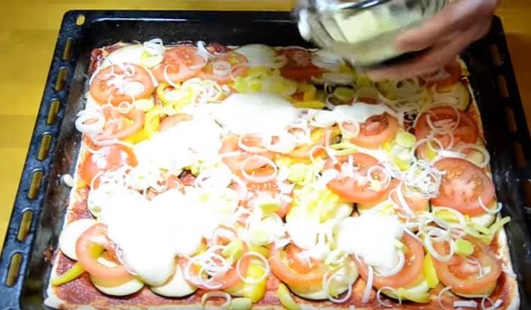 Вместо сыра смазываем начинку постным майонезом.