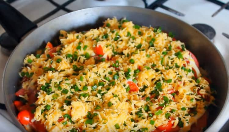 Посыпаем почти готовое блюдо сыром с зеленью.