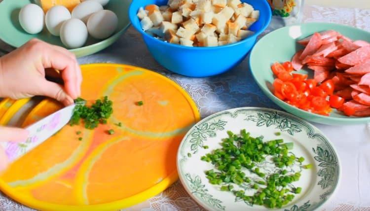 Нарезаем кусочками помидорки черри и измельчаем зеленый лук.