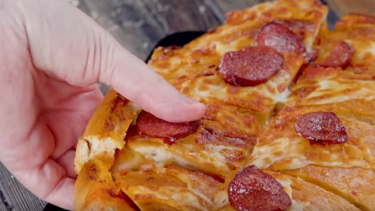 Блюдо горячим нарезаем на кусочки и пробуем.