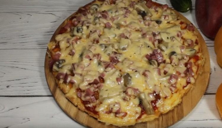 Вот такая чудная пицца на сковороде на сметане у нас получилась.