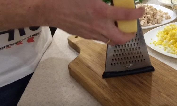 сыр натираем на терке.