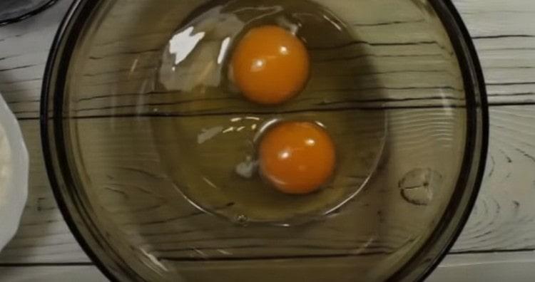 Выбиваем в миску яйца.