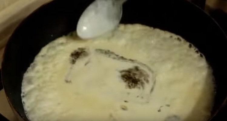 Добавляем на сковороду сливки .а также пряности.