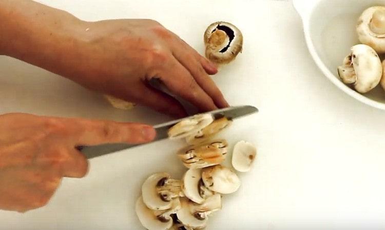 Нарезаем слайсами грибы.