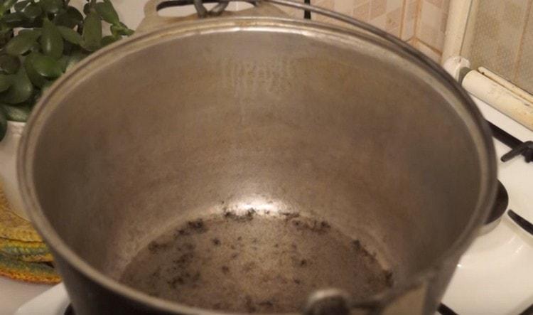 Разогреваем в казане растительное масло.