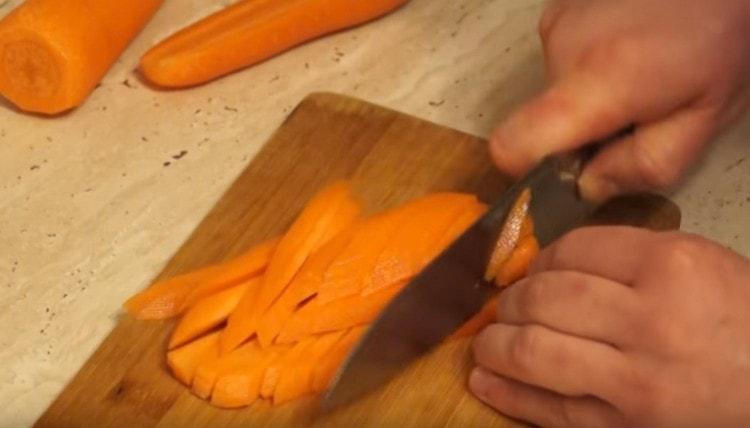 Морковь режем тонкими брусочками.