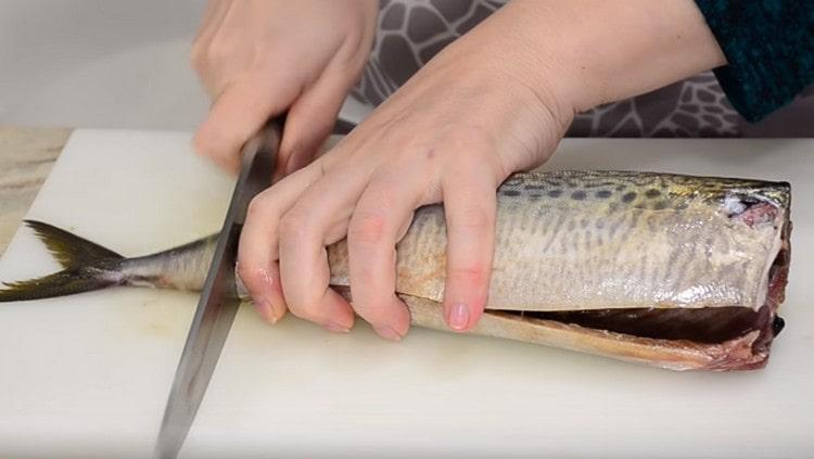 Чистим рыбу, отрезаем плавники и хвост.