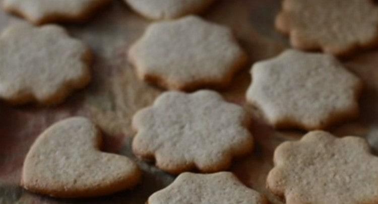 Выпекается это печенье очень быстро, важно не пересушить его.