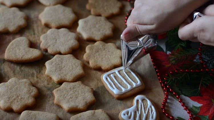 ри помощи корнетика или кондитерского мешка украшаем печенье глазурью.