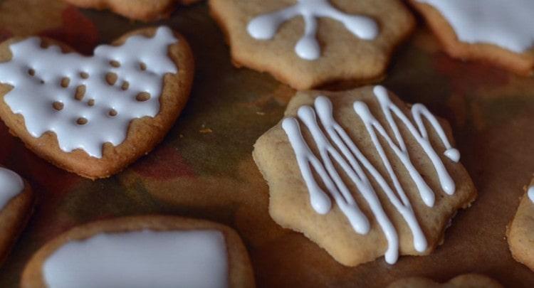 такое рождественское печенье с глазурью получается очень вкусным и к тому же ароматным.