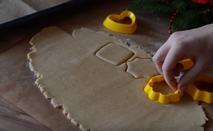 При помощи формочек выдавливаем их теста печенье.