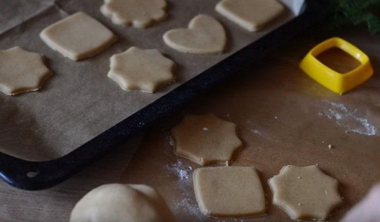 Перекладываем печенье на противень, застеленный пергшаментом.