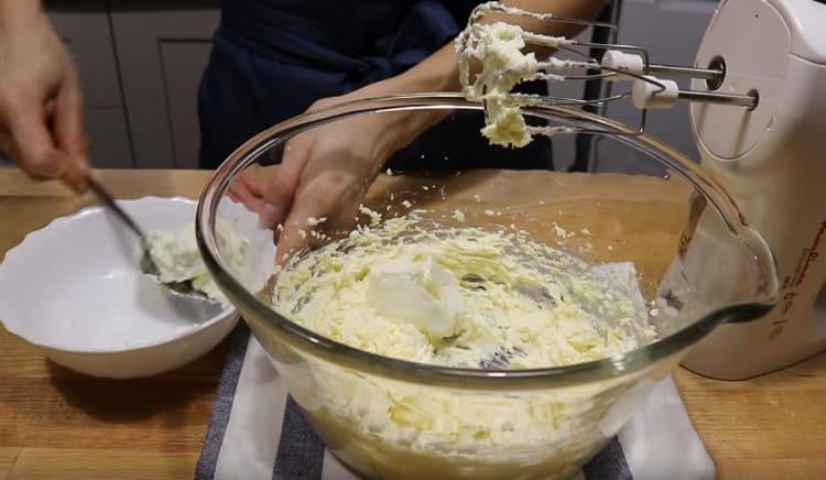 Вводим в масляную массу мягкий творог, перемешиваем миксером.