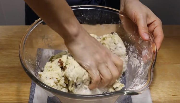 Добавляем муку и замешиваем тесто.