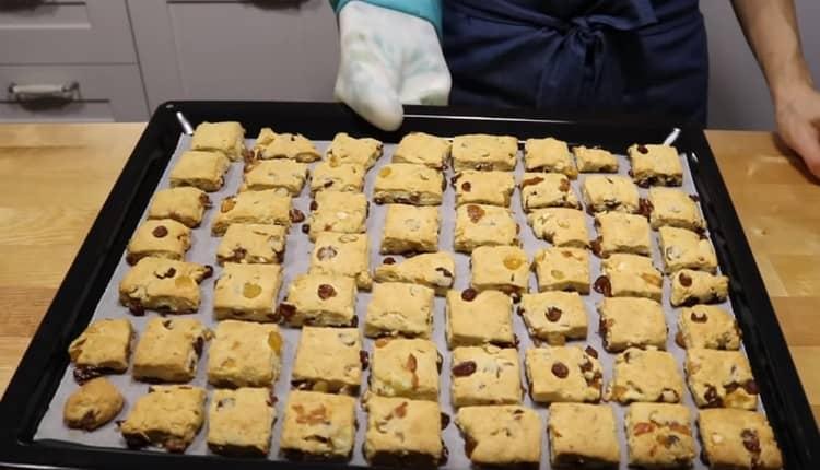После выпекания несколько минут студим печенье.
