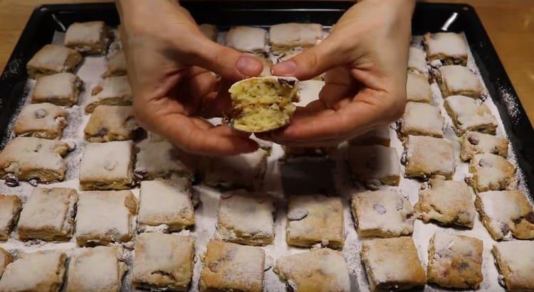 Посыпаем наше рождественское печенье сахарной пудрой.