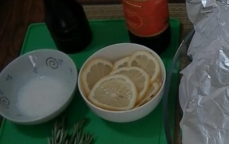 Нарезаем кружочками лимон.